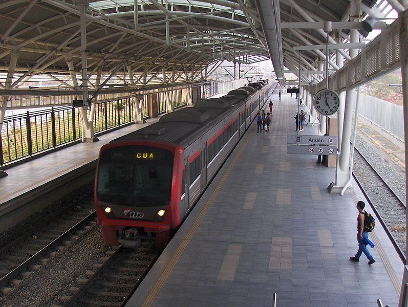 File:Tren nuevo entrendo a estación Cua.JPG