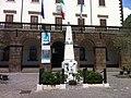Trevignano Romano. Palazzo Comunale e monumento ai caduti.jpg