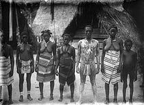 Tropenmuseum Royal Tropical Institute Objectnumber 10031753 Groepsportret van Aukaner Marrons in.jpg