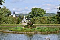 Veitshöchheim - Hofgarten - kleiner See mit Blick auf Parnass und Kirche.jpg