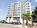 Vue de profil d'un bâtiment à Cotonou Bénin.jpg