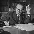 Walter Mehring schrijvend en rokend achter een bureau, Bestanddeelnr 254-5072.jpg