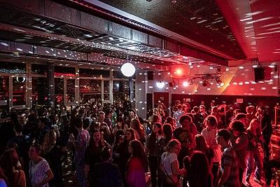 Westlicher Tanzbereich im Clubhaus Tübingen mit Spiegelkugel.jpg