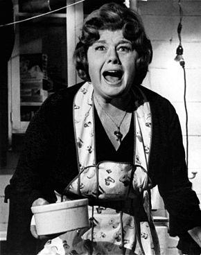 Shelley Winters nel film I raptus segreti di Helen (1971)