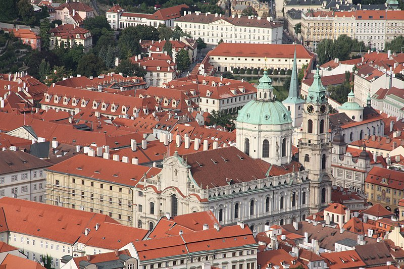 Eglise Saint Nicolas de Mala Strana vue depuis la tour de Petrin à Prague - Photo de Otourly