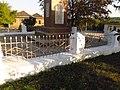 Пам'ятник 230 воїнам-односільчанам загиблим у ВВВ (огорожа), Обжиле.jpg