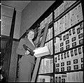 02-05-1952 10239 Schoenenverkoopster (9107540013).jpg