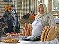 097 Marg'ilon Dehqon Bozori, mercat agrícola de Marguilan, venedora de pa.jpg