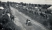1903 Gordon Bennett Trophy. De Knyff passes Winton repairing his car.jpg