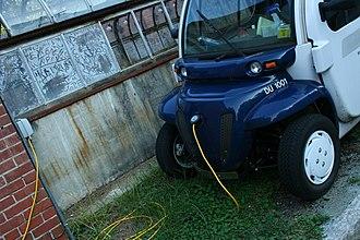 Global Electric Motorcars - Image: 2008 09 06 GEM car charging 1