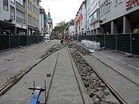 2017-09-11, Kanal- und Gleiserneuerung auf der Freiburger Kaiser-Joseph-Straße, Pflasterung zwischen den Gleisen.jpg