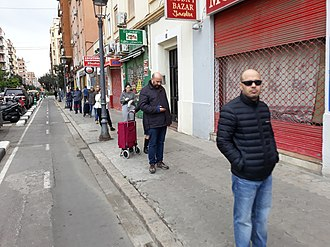 Residents of Valencia, Spain, maintaining social distancing while queueing 2020-03-Detalls i consequencies del COVID-19 al Pais Valencia 14.jpg