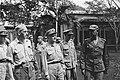 2e Infanterie Brigadegroep Generaal Kruls krijgt uitleg van een luitenant-kol, Bestanddeelnr 4324.jpg