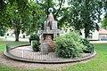 8.Ondřejov pomník padlým celkový pohled ze strany s letopočty MCMXXVIII a MCMXXVIII šikmý pohled z úrovně převýšení terénu.JPG