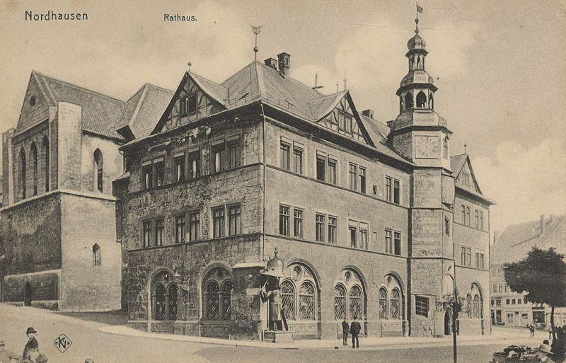 Datei:AK Nordhausen, Rathaus, mit Roland, und St.-Nikolaikirche (um 1900).jpg