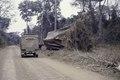 ASC Leiden - NSAG - van Dis 5 - 099 - Un camion d'expédition DAF YA-126 TF-21-28 sur un chemin de terre - Côte d'Ivoire - 6-16 mars 1962.tif