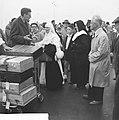 Aankomst vluchtelingen uit de Congo te Brussel, nonnen met koperen helm, Bestanddeelnr 911-4132.jpg