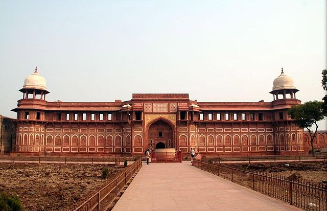 essay about agra fort palace