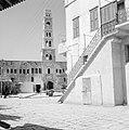 Akko. Plein voor de Caravanserail met de zuilen of de Khan el Umdan. Hoofdingang, Bestanddeelnr 255-2508.jpg