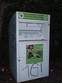 """Altkleider-Container, Firma unbekannt, Aufkleber: """"Schenken Sie ein Lächeln"""", Farbe: weiß"""
