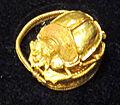 Anello con scarabeo, IV sec. ac., da aliaga.JPG