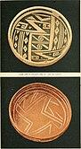 Due ciotole di circa 8,75 pollici di diametro e circa 3,75 pollici di altezza, una è di colore bruno-giallastro con intricati motivi scuri, mentre l'altra è di colore bruno-rossastro con linee di colore chiaro, trovate presso la Stone Axe Ruin in Arizona