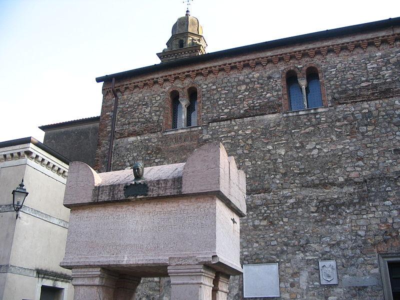 File:Arquà Petrarca - Tombe de Pétrarque.JPG
