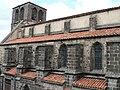 Bas-côté sud et clocher de l'église de Mozac.JPG