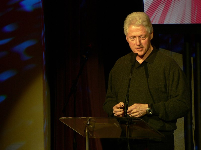 Soubor:Bill Clinton talking at TED 2007.jpg