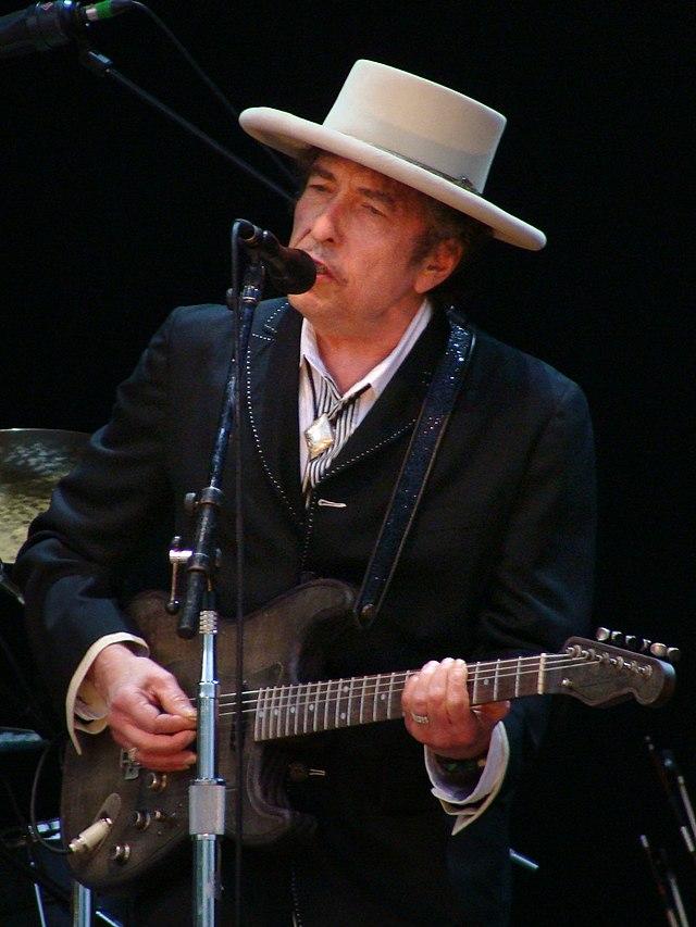 ... ele demonstra ser possível usar chapéu branco mesmo com jaqueta escura. cb5df6c035f
