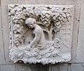 """Brüder Grimms """"Frau Holle Brunnen"""" - Relief an der Brunnenschale (Die Äpfel müssen gepflückt werden) im Schlosshof - Eschwege Schlossplatz - panoramio.jpg"""