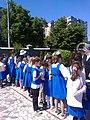 Bucuresti, Romania. Elevi de la Scoala din incinta Bisericii Sfanta Tereza a Pruncului Isus. Inghesuiala la standul cu carti.jpg