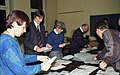 Bundesarchiv B 145 Bild-F074410-0036, Bonn, Wahllokal, Stimmauszählung.jpg