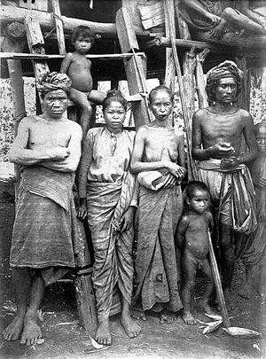 Muna people - Image: COLLECTIE TROPENMUSEUM Inwoners uit Laboenti op het eiland Moena Zuidoost Celebes T Mnr 10005691
