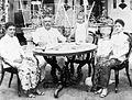 COLLECTIE TROPENMUSEUM Portret van een Indische familie op Java aan tafel in de tuin TMnr 10013967.jpg