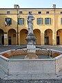 Castiglione delle Stiviere-Fontana e statua a Domenica Calubini.jpg