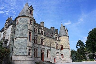 Château des Ravalet depuis la gauche de l'entrée.jpg
