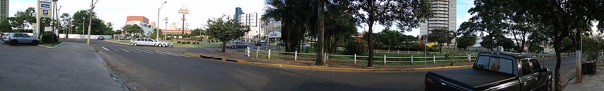 Panorama da Av. Joaquim Pompeu de Toledo em cruzamento com a Av. Brasília em Araçatuba. Porta de entrada do município, onde nas proximidades estão diversos restaurantes, bares, hotéis, redes de fastfood, o Araçatuba Shopping Center, casas noturnas e a Rodoviária. O trecho da Av. Pompeu de Toledo é utilizada para a prática de esportes e a noite, a Av. Brasília é ocupada tradicionalmente por jovens. Esta região é também um ponto de encontro dos araçatubenses em dias de jogos de futebol importantes.[53]
