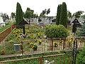 Cmentarz w Klimontowie. Na pierwszym planie groby żołnierzy z I wojny światowej, na drugim żołnierzy armii radzieckiej poległych w walkach na przyczółku baranowsko-sandomierskim.jpg