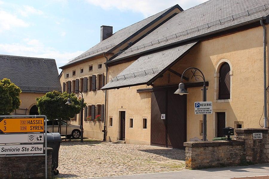 Gebaier op Nummer 1, Lëtzebuergerstrooss zu Konter. Haut ë.a. Centre culturel a Sprëtzenhaus. Zënter dem 19. Juli 1982 op der Lëscht vum Zousaz-Inventaire vun den nationale Monumenter agedroen.