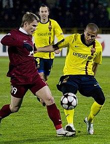 Dani Alves contrasta Vitalij Kalešin durante la partita di Champions League tra Barcellona e Rubin Kazan'.