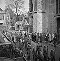 De kisten worden na de herdenkingsdienst de St Bavo in Haarlem uitgedragen, Bestanddeelnr 255-9123.jpg