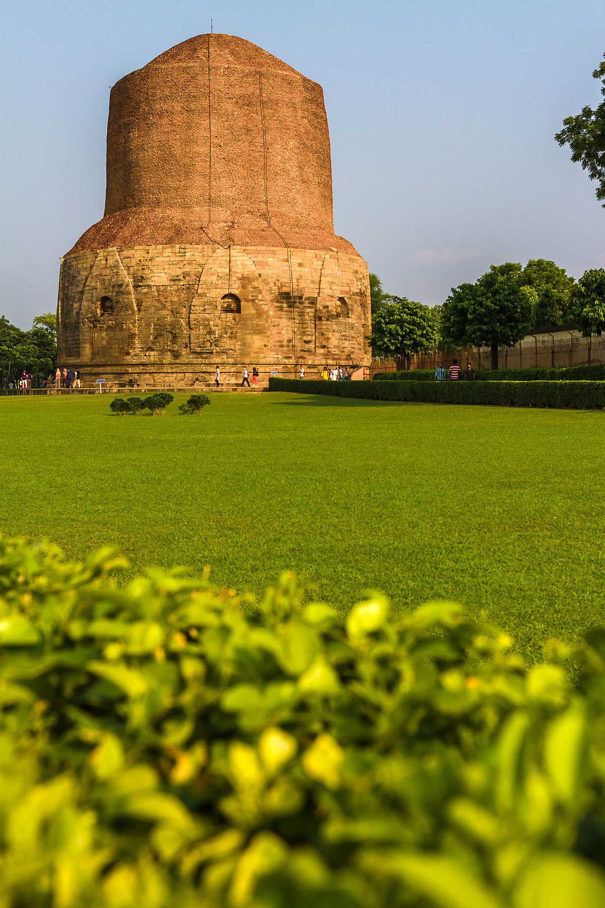 https://upload.wikimedia.org/wikipedia/commons/thumb/0/02/Dhamek_Stupa%2C_Sarnath.jpg/1200px-Dhamek_Stupa%2C_Sarnath.jpg