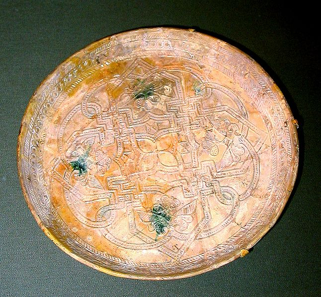 Datei:Dish from 9th century Iraq.jpg