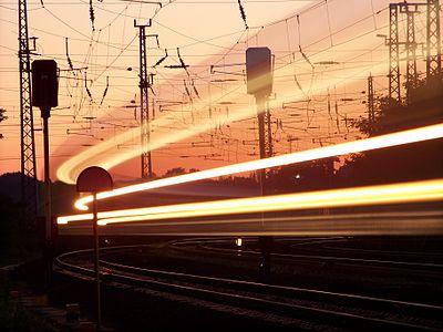 Eilenburg Bahnhof Zugeinfahrt in der Abendaemmerung.jpg