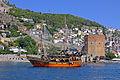 Eines von zahlreichen Ausflugsbooten in Piratenoptik, vor dem Roten Turm.jpg