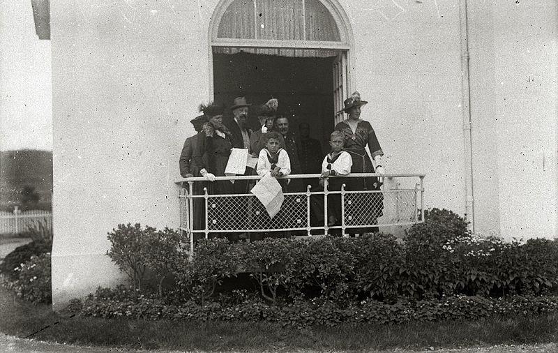 File:El príncipe de Asturias, Don Alfonso, y su hermano, el infante Don Jaime, acompañados de su abuela, la reina María Cristina, en el hipódromo de Lasarte (2 de 2) - Fondo Car-Kutxa Fototeka.jpg
