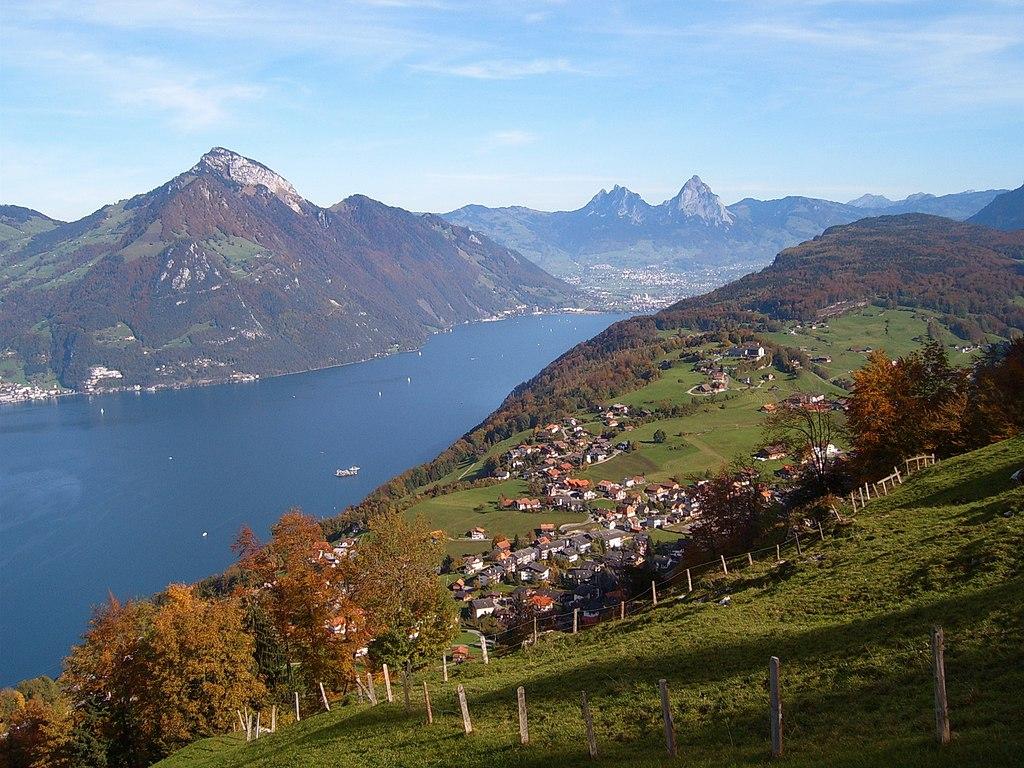 Emmetten et le lac des Quatre Cantons (canton de Nidwald, Suisse).  (définition réelle 2272×1704)