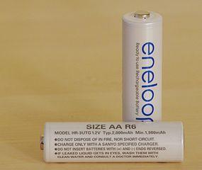Batteries NiMH de marque eneloop, réputées pour leur faible taux d'auto-décharge. Choix acceptable de batteries pour rover.