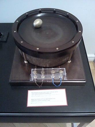 Nikola Tesla Museum - Image: Expérience de l'oeuf de Colomb